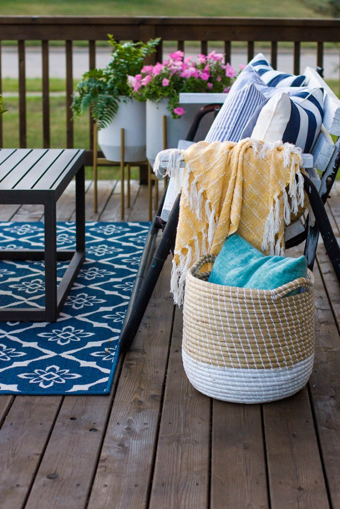 beautiful-deck-with-blue-rug-and-patio-furniture