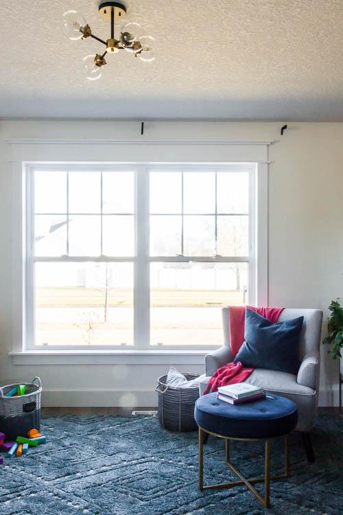 pièce de devant blanche avec bordure de fenêtre-diy et rideau-bleu.tapis