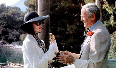 Henry Fonda et Michael York font des apparitions dans leur propre rôle dans le film. Ils sont partie intégrante de l'intrigue.