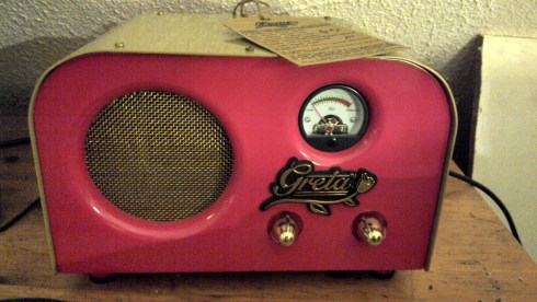 The most popular 2 Watt tube amp guitar is the Fender Greta tabletop guitar valve amplifier.