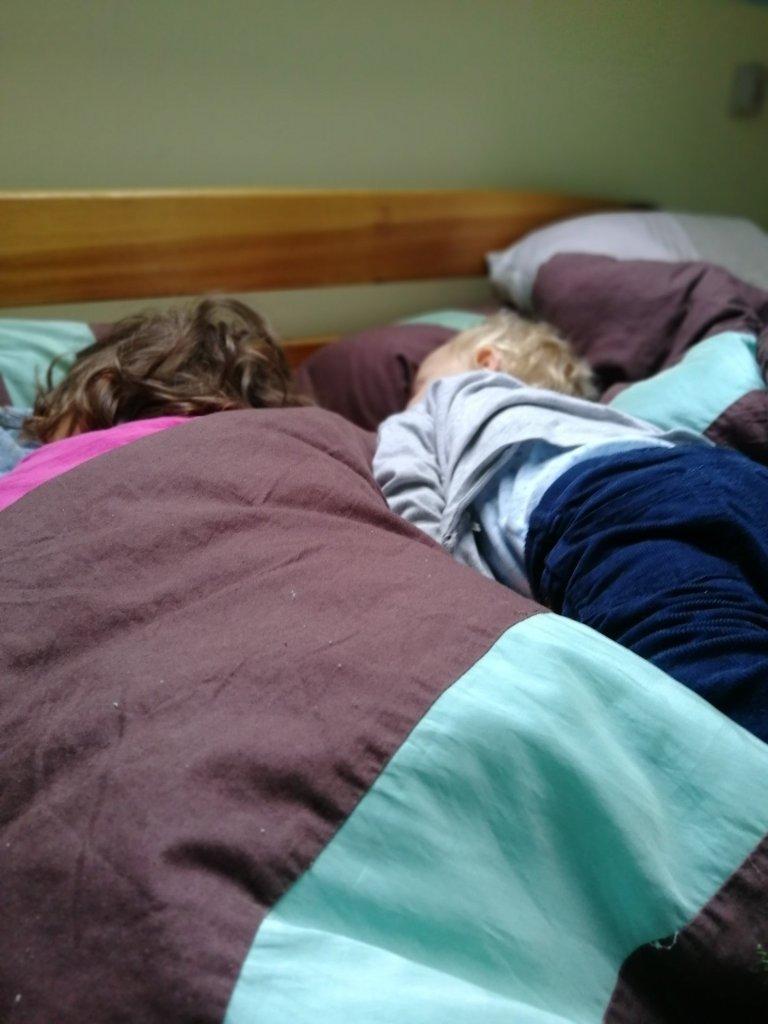 Nie, my nigdy ne śpimy w ciuchach. A dzieci śpią w swoich łóżkach.