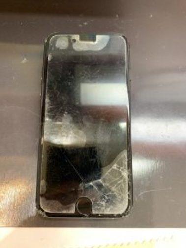 画面の下側が割れているiPhone7