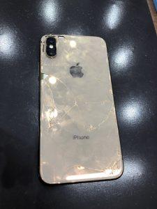 iPhoneXの背面割れの写真