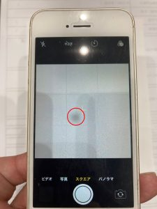 iPhone SE(第一世代) リアカメラ交換1 黒い点が見えてます