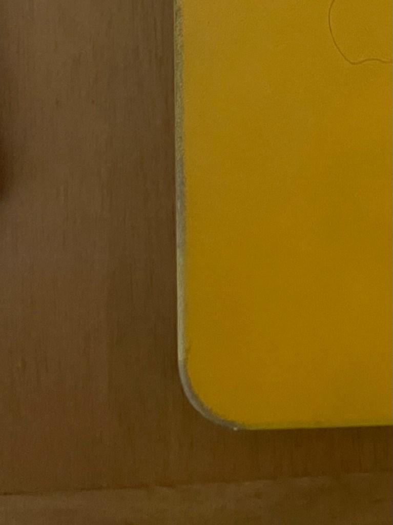 ボロボロになったiPhone12ProMax「純正レザーケース」カリフォルニアポピー(角)