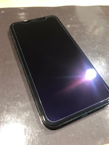 iPhoneXS フィルム貼り付け