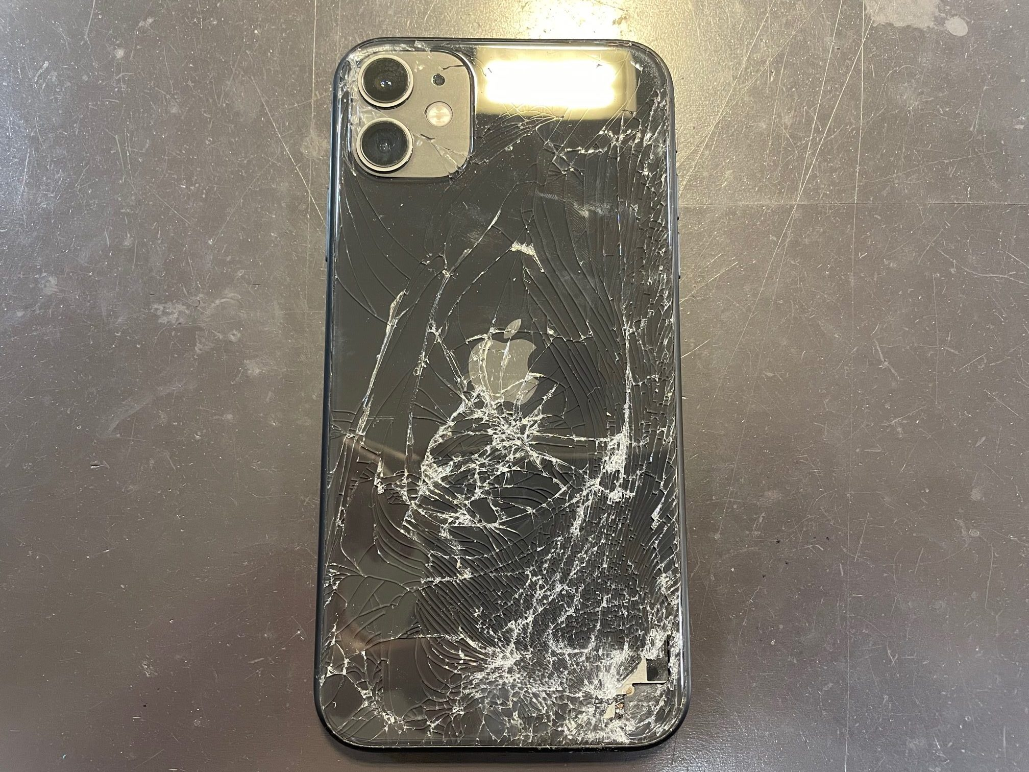 iPhone11の背面のガラス割れのお修理について【鈴鹿のiPhone修理店】