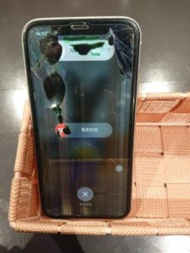 iPhoneXR 液晶漏れ 画面割れ