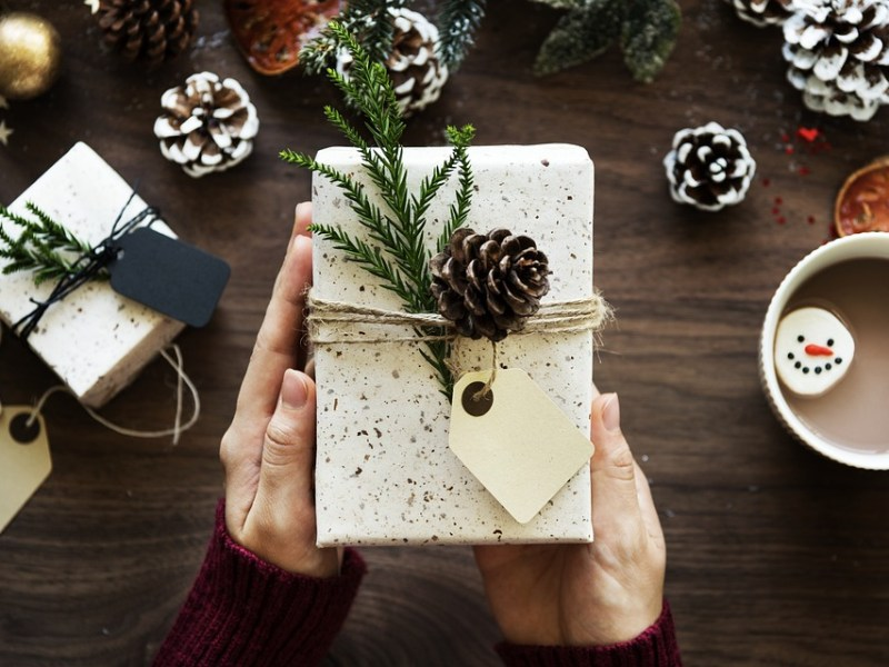 12 Bright Gift Ideas For Travel Lovers For Christmas Time