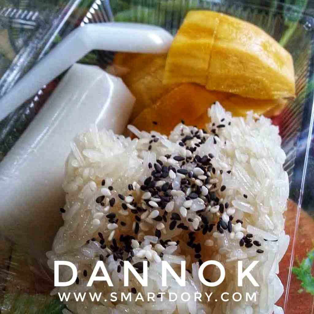 Top 10 Street Foods in Dannok,Songkhla Province_Khao Neeo Mamuang (Thai Sweet Sticky Rice with Mango)
