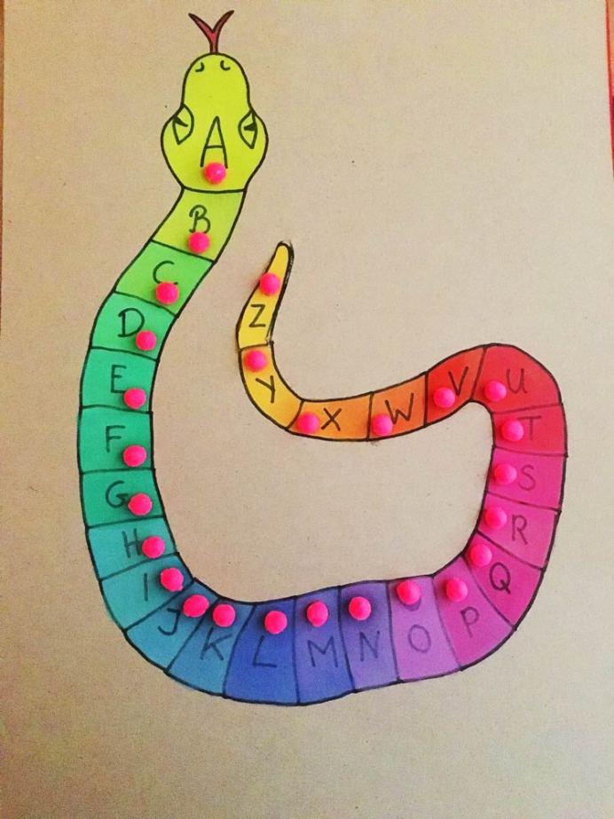 Wie lernen Kinder lesen? Selbstgebasteltes Buchstaben Puzzle Buchstaben Schlange