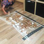 Ideen zur Beschäftigung für Kinder: Eierschalen ohne Sauerei mit Holzhammer zerklopfen