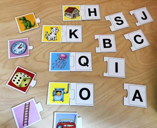 Wie lernen Kinder lesen? Mit einen ABC Puzzle Spiel können die Anlaute gelernt werden.