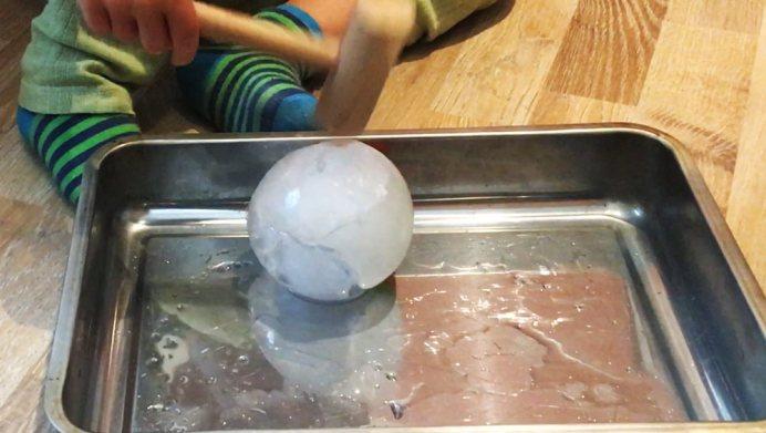 besten Ideen zur Beschäftigung für Kinder im Sommer: Eis mit Hammer zerklopfen