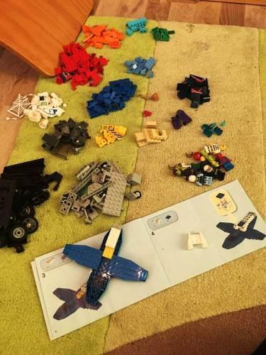 sortierte Lego Bausteine mit Bauplan