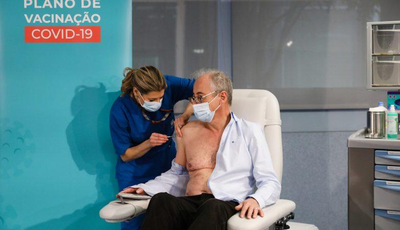 Diretor do serviço de infeciologia do S. João foi o primeiro a ser vacinado em Portugal