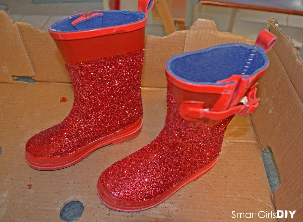Smart Girls DIY - Making glittery santa boots