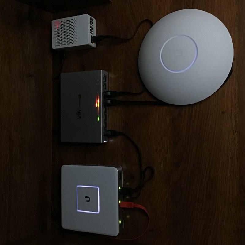 Cuando todo esté encendido, las luces de los dispositivos UniFi parpadearán en blanco.  Esto significa que están listos para configurarse.