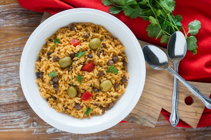 Arroz con Guandules (Pigeon Peas Rice) ~ This delicious rice is the side dish of choice at every Dominican and Puerto Rican holiday dinner. Made with pigeon peas and a mixture of Latin seasonings, this popular rice dish its perfect for Nochebuena. #NochebuenaConIMUSA #ad