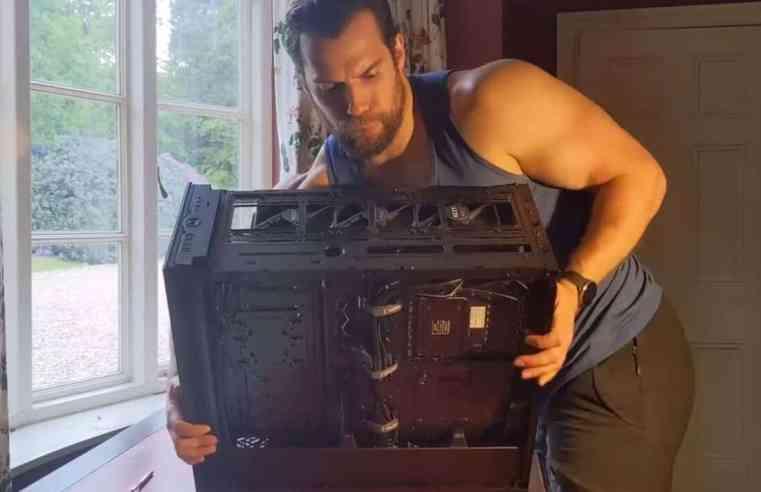 Ето как Супермен си сглобява гейминг машина