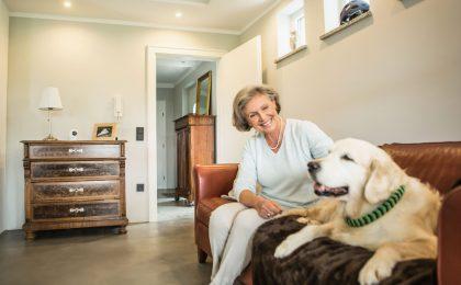 Gerade unter Senioren wächst der Anteil der Singlehaushalte. Dezente Videosysteme ermöglichen es den Kindern oder Enkeln, zu vereinbarten Zeiten kurz nach dem Rechten zu sehen.
