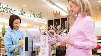 Schon jetzt bezahlen immer mehr Menschen im Laden kontaktlos mit Karte - und nun sogar direkt mit ihrem Smartphone. Diese Möglichkeit bieten immer mehr Banken ihren Kunden in Deutschland an.