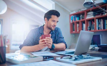 Mit einigen Maßnahmen können sich Verbraucher, die Onlinebanking nutzen, gegen Schadprogramme auf ihrem Rechner schützen.