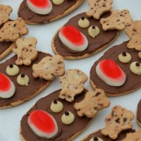 Looking to make some easy reindeer cookies for Christmas? This is the tutorial for you. No baking is required and the kids can help to (or even make themselves). They are perfect for the whole family and can be enjoyed throughout the holidays. They are super fun to look at and even better to eat.