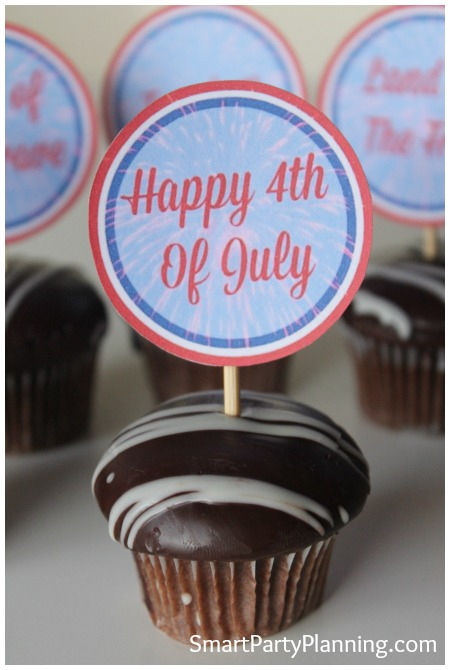 These cupcake toppers are perfect for the 4th of July celebrations. They are easy to organize and are a great way to provide a spark of color to your party decoration and your food table. With a free download, they are just waiting for you to grab. The matching set of printable's are pretty awesome too!
