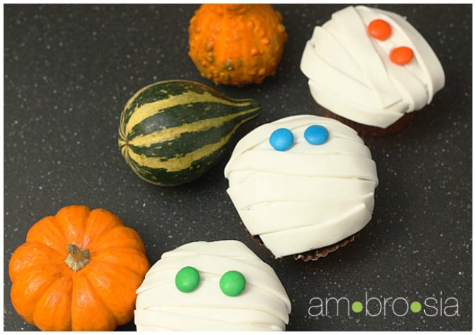 how to make halloween mummy cupcakes