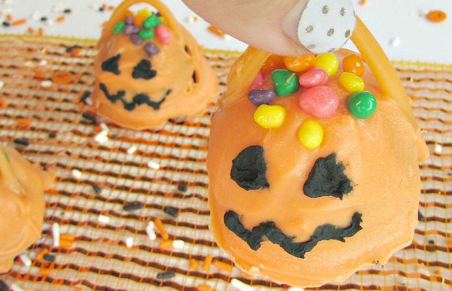 jack-o-lantern-oreo-cookie-balls-with-handle-to-pick-up1