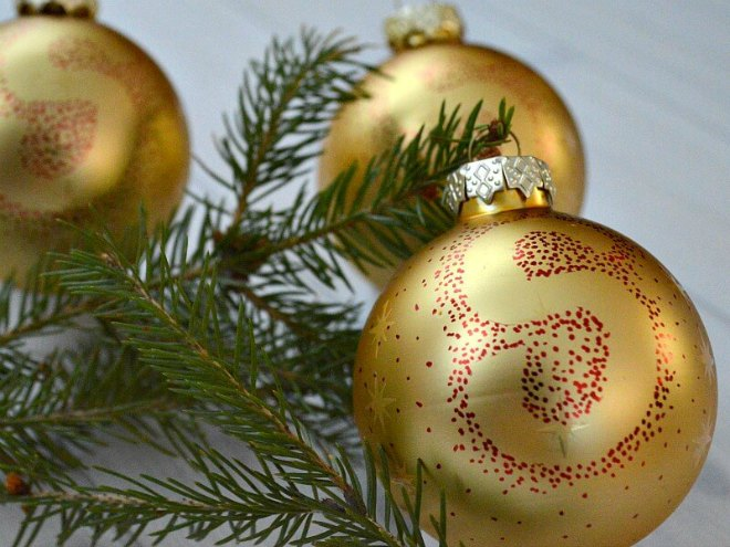 Easy Sharpie Christmas Tree Ornaments