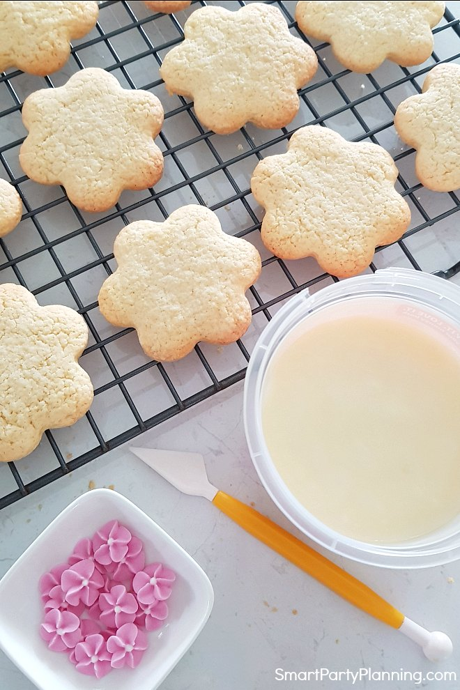 Creating Flower cookies with icing and sugar flowers