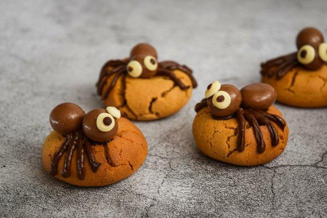 Adorable spider cookies