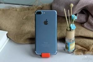 iOS10が動作するディープブルーのiPhone7 Plus画像