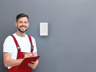 installatør, sælger, glad, alarm, alarmsystem, sikker bolig