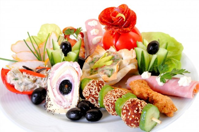 Appetizers-on-a-Plate-at-Wedding