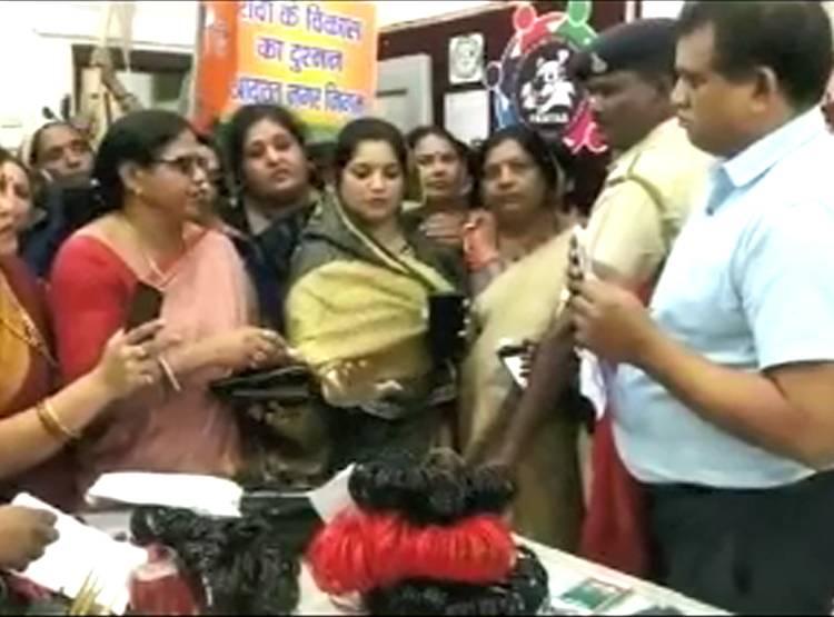 IAS अफसर के चैंबर में महिलाओं का विरोध, हाथ में पहनाईं चूड़ी-साड़ी
