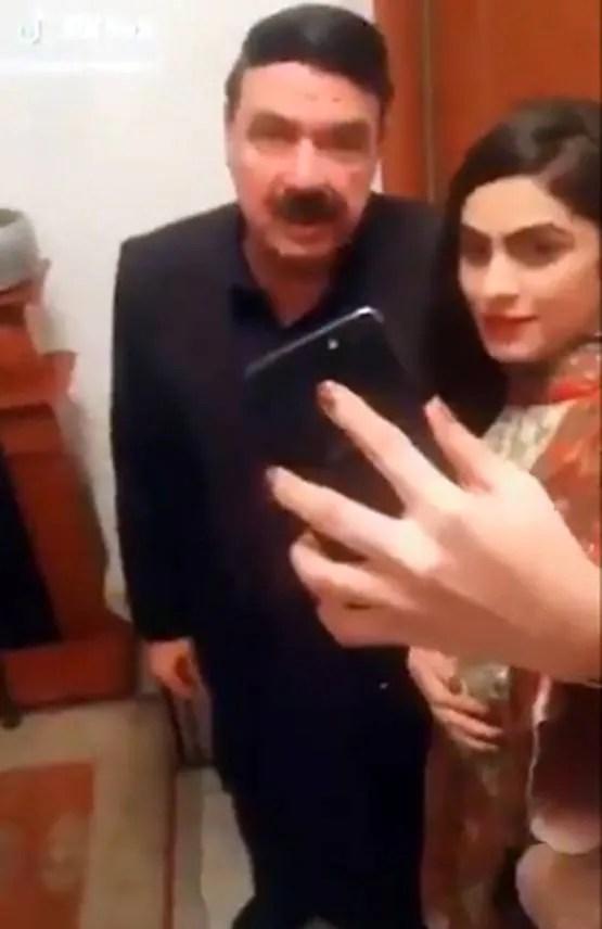 इमरान खान संग इस लड़की का टिक-टॉक वीडियो वायरल, विपक्ष ने घेरा
