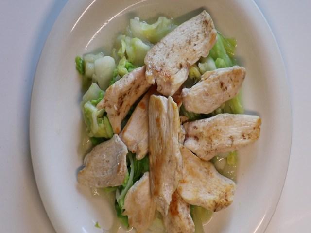 野菜の上に鶏胸肉乗せ