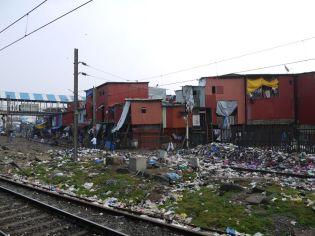 Mumbai train station: slums and dirt/ Der Bahnhof in Mumbai: Slums und Dreck