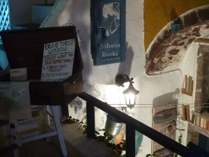 ... on peut y choisir un livre à l'extérieur et l'envoyer à la caisse via un seau volant...