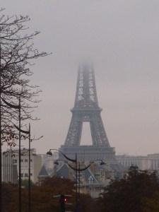 La tour Eiffel est sous la brume lorsque nous quittons Paris le samedi matin...