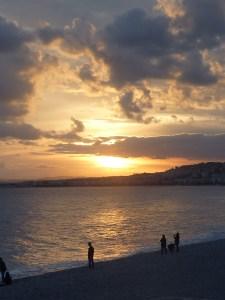 Ce moment magique où le ciel s'embrase au-dessus de la baie des Anges...