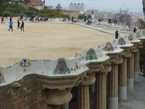 Une partie de la place centrale est soutenue par les colonnes doriques