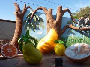A l'entrée du site trônent tout un assortiment de fruits géants, c'est LE spot photo à ne pas rater !