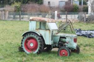 Oui, c'est TELLEMENT la campagne qu'il y a MEME un vieux tracteur !