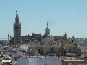 Au premier plan l'église du saint sauveur, en arrière la cathédrale