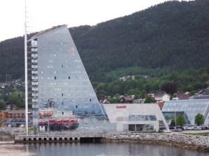 Le Scandic Seilet Hôtel se dresse telle une voile de bateau à l'entrée de Molde