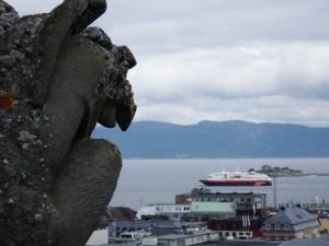 Non, non, ce n'est pas notre bateau qui part, c'est le Vesteralen ! ;-)